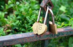 Hangslot en hart als symbool van liefde met tekst over liefde in Parijs stock afbeelding