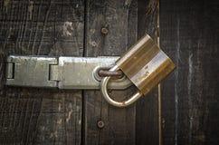 Hangslot en oude metaalgrendel op een oude houten deur Stock Fotografie