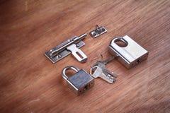 Hangslot, houten sleutels, backgroud Royalty-vrije Stock Afbeelding