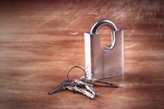 Hangslot, houten sleutels, backgroud Royalty-vrije Stock Fotografie