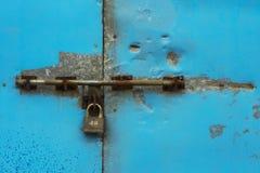 Hangslot op de blauwe metaaldeur Royalty-vrije Stock Afbeeldingen