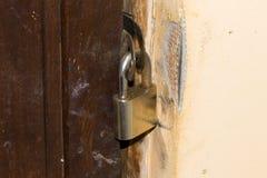 Hangslot op de deur Stock Foto's