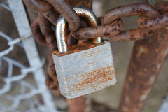 Hangslot op de poort van de kettingsverbinding Royalty-vrije Stock Afbeelding