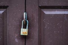 Hangslot op een oude deur Stock Foto's