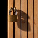 Hangslot op houten deur Stock Foto
