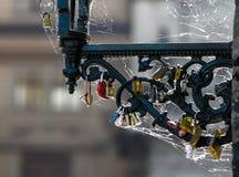 Hangslot op ijzerketting wordt gesloten, Vele liefdesloten in Praag, Romaans concept dat Royalty-vrije Stock Foto's