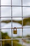Hangslot op Omheining met ondiepe nadruk wordt gesloten - verticaal die Royalty-vrije Stock Afbeeldingen