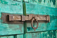 Hangslot op oude deur stock afbeelding