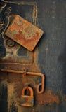 Hangslot op oude metaaldeur Stock Foto