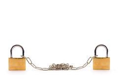 Hangsloten die met kettingen op witte achtergrond worden verbonden Royalty-vrije Stock Foto's