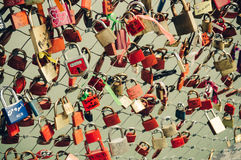 Hangsloten in een brug Stock Foto