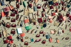 Hangsloten in een brug Stock Afbeeldingen