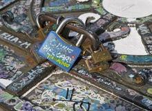 Hangsloten en graffiti stock afbeelding