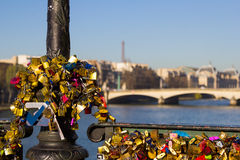 Hangsloten met de Toren van Eiffel op de achtergrond Stock Fotografie
