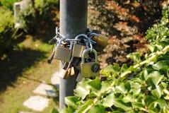 Hangsloten op post Stock Afbeelding