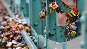Hangsloten op Tumski-brug in Wroclaw, Polen stock afbeelding