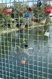 Hangsloten verlaten door minnaars op brug in Ingolstadt, Duitsland Stock Afbeelding