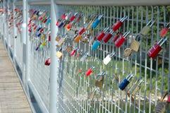Hangsloten verlaten door minnaars op brug in Ingolstadt, Duitsland Royalty-vrije Stock Foto