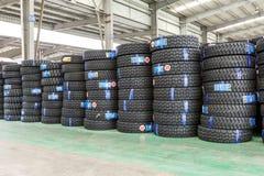 Hangzhou, las mercancías del norte del almacén de la carga de la estación de tren llenó para arriba muchos neumáticos de coche, e Imagen de archivo libre de regalías