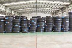 Hangzhou, las mercancías del norte del almacén de la carga de la estación de tren llenó para arriba muchos neumáticos de coche, e Fotos de archivo