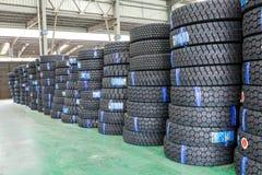 Hangzhou, las mercancías del norte del almacén de la carga de la estación de tren llenó para arriba muchos neumáticos de coche, e Foto de archivo