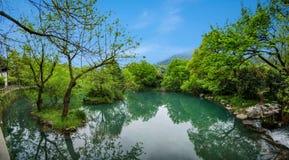 Hangzhou Lingyin Temple al lado del pequeño lago Foto de archivo