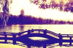 Hangzhou Zachodni Jeziorny zmierzch z Leifeng mostem i pagodą zdjęcia stock