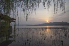 Hangzhou zachodni jezioro przy nocą zdjęcia stock