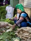 Hani Frau, die Gemüse verkauft Lizenzfreie Stockfotos