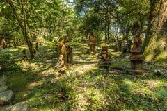 Haniwa statyer arbeta i trädgården i Heiwadai parkerar i Miyazaki, Japan Arkivfoto