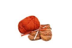 Hank des laines, du pointeau de tricotage et d'une mitaine. Photo stock