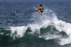 Hank Gaskell che pratica il surfing nella Triple Crown Hawai Immagini Stock