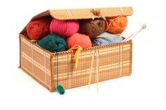 Hanks das lãs, agulhas de confecção de malhas em uma caixa. Foto de Stock Royalty Free
