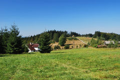 Bygd med hamlets på Beskydy Mts. Arkivfoto
