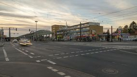 Hannover, Alemanha - 29 de dezembro de 2017: parada de transferência do transporte público em Hanover lapso de tempo 4K video estoque