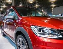 Hannover, Alemanha, o 19 de novembro , 2018: Área de exposição do tipo de Volkswagen no aeroporto com VW Caddy modelo vermelho no imagem de stock