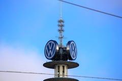Hannover/Alemanha - 11/13/2017 - uma imagem de uma torre da VW - logotipo da VW imagem de stock royalty free