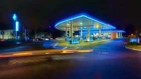 Hannover, Alemania - 9 de diciembre de 2017: Gasolinera en Hannover en la noche Lapso de tiempo almacen de video