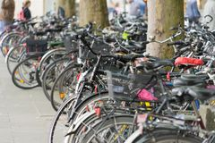Hannover, Baja Sajonia, Alemania, el 19 de mayo de 2018: El gran número de bicicletas parqueó en la zona peatonal foto de archivo