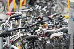 Hannover, Bassa Sassonia, Germania, il 19 maggio 2018: Il grande numero delle biciclette ha parcheggiato nella zona pedonale Immagine Stock Libera da Diritti