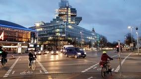 Hannover, Deutschland - 10. Dezember 2018: Morgenverkehr auf Aegi-Quadrat in Hannover Niedersachsen stock video footage