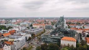 Hannover, Deutschland eine Panoramasicht Die Kombination der modernen und alten Architektur Modernes Haus auf dem Hintergrund stock footage