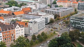 Hannover, Deutschland eine Panoramasicht Die Kombination der modernen und alten Architektur Modernes Haus auf dem Hintergrund stock video