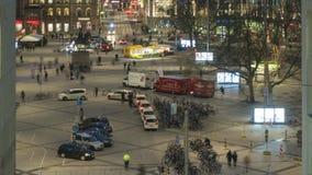 Hannover, Deutschland - 16. Januar 2018: Ernst-August-Platz in Hannover am Winterabend 4K Zeitspanne stock video footage