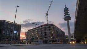 Hannover, Deutschland - 30. Januar 2018: Handeln Sie auf dem Quadrat am Hauptbahnhof in Hannover Timelapse stock video footage