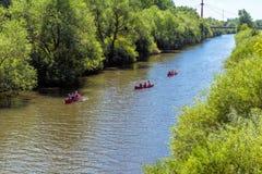 Hannover, Deutschland, am 7. Juli , 2018: Drei rote Kanus fahren mit dem Schaufeln von Passagieren auf das Ihme in Hannover lizenzfreie stockfotos