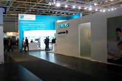 Stand von Siemens am 9. März 2013 in der CEBIT-Computerausstellung, Hannover, Deutschland. CeBIT ist der Lar der Welt Lizenzfreies Stockbild