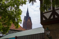 Hannover, Germania - 12 giugno 2013: Chiesa su di mercato nel quadrato del mercato a Hannover in Germania La chiesa è Immagine Stock