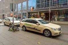 Hannover, Germania 20 novembre 2017 Le vie di Hannover Ufficio di Spielbank Hannover Automobile del taxi nella priorità alta immagini stock libere da diritti