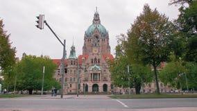 HANNOVER, GERMANIA - ottobre 2018: Traffico stradale Via e comune, un comune con un grande orologio nel centro video d archivio